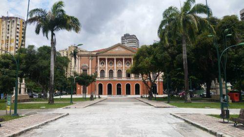 Place donnant sur un bâtiment avec des colonnes