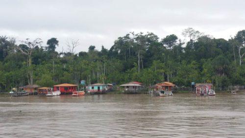 Maisons sur le bord du fleuve