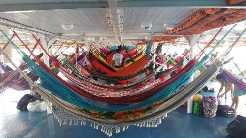 Enfilade de hamacs à l'intérieur du bateau