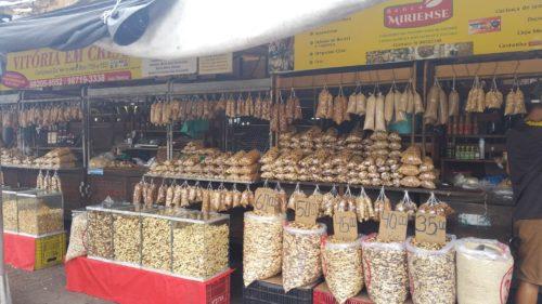 Étals de noix du Brésil au marché Ver o peso