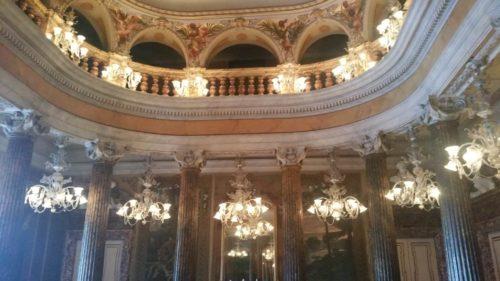 Colonnes et balcon à l'intérieur du théâtre de manaus