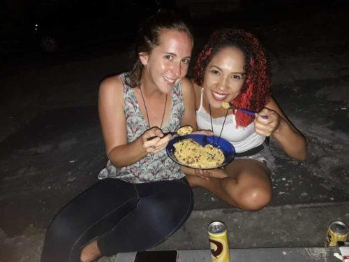 Mangeant de la farofa avec une brésilienne