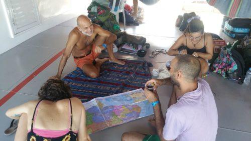 Groupe regardant la carte du brésil