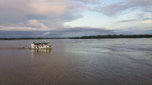 Bateau naviguant sur le fleuve au Brésil en Amérique du Sud