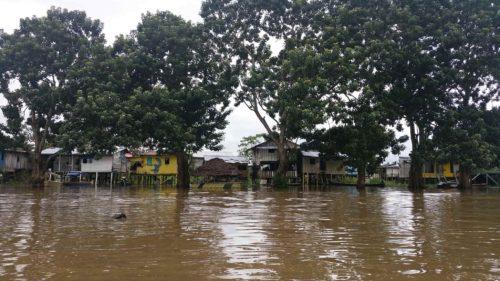 Maisons sur pilotis sur le fleuve