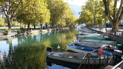 Barques alignées dans un canal