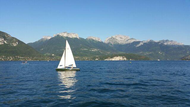 Voilier navigant sur le lac