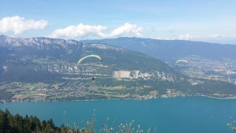Parapente volant au dessus du lac