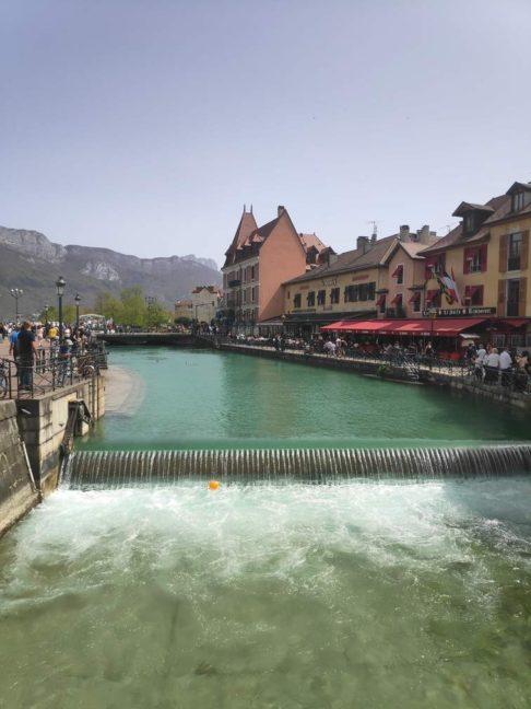 Canal du Thiou dans le centre d'Annecy