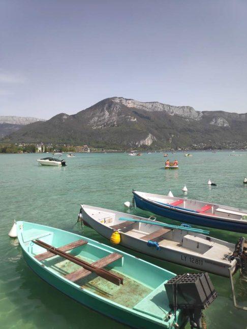 Barques sur le bord du lac