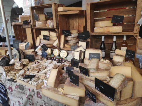 Étal de fromages savoyards