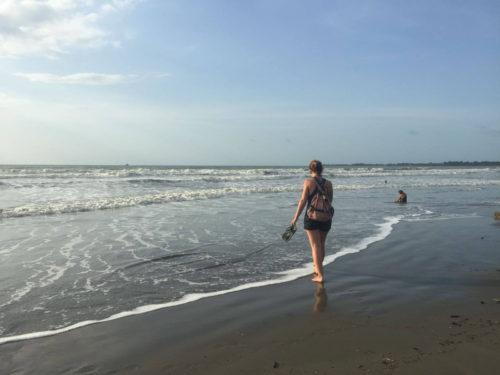Marchant au bord de l'eau