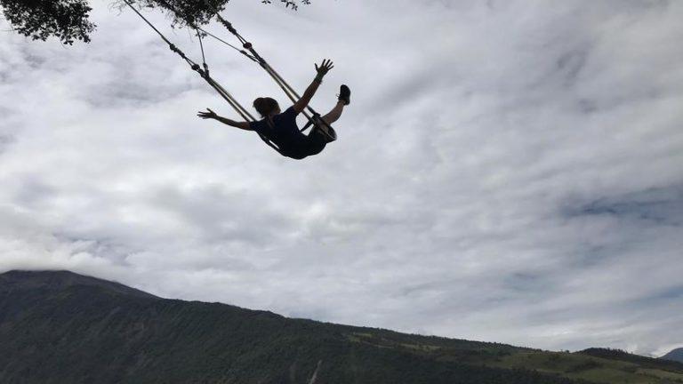 Balançoire dans le vide à Banos en Équateur