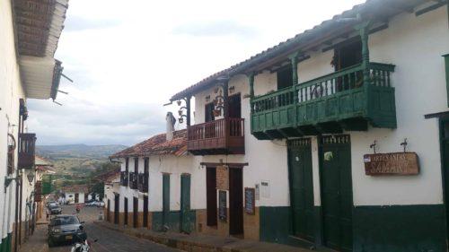 Rue aux bâtiments blancs