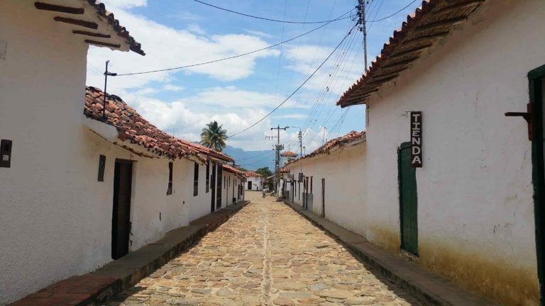 Rue pavée aux murs blancs