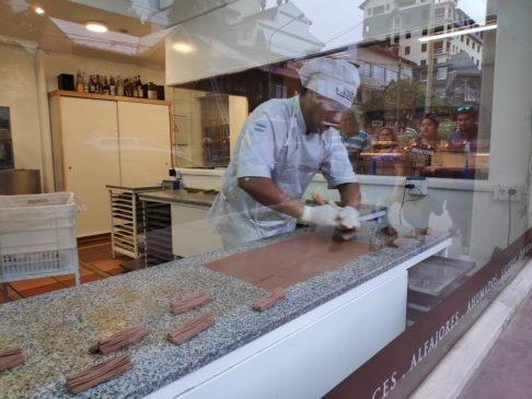 Démonstration des mil ojas dans une chocolaterie de Bariloche en Argentine