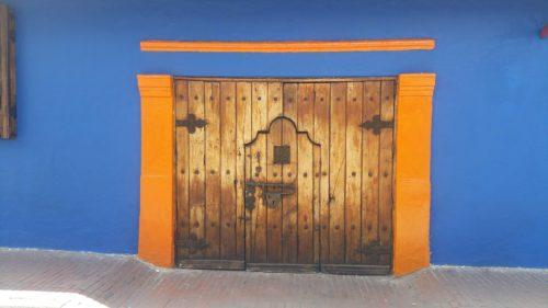 Vieille port en bois et façade de couleur vive