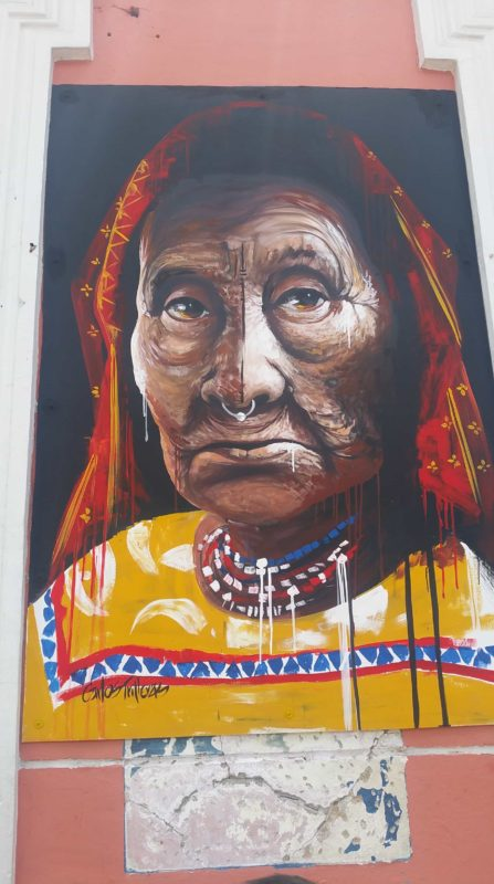Peinture murale d'une vieille dame indigène