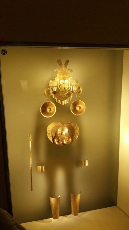Exposition derrière une vitrine d'un apparat en or pour tout le corps