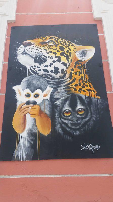 Peinture murale d'un jaguar et de deux petits singes