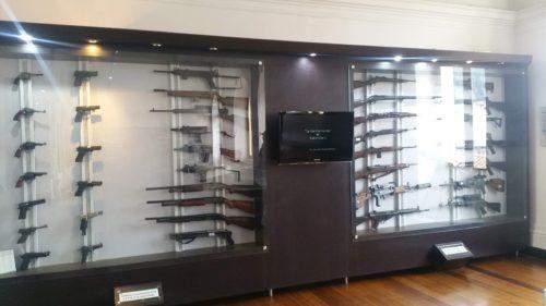 Collection d'arme à feu sous vitrine