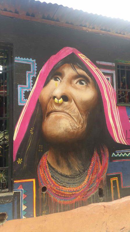 Peinture murale d'une vieille femme indigène
