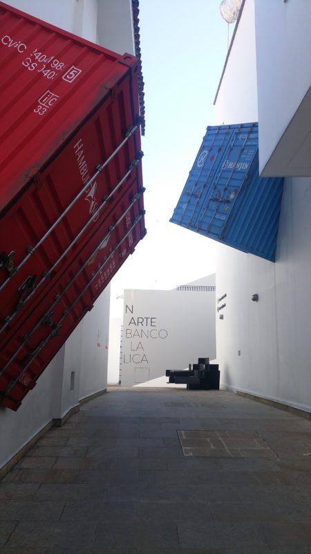Partie de containers accrochés au mur du musée d'art moderne