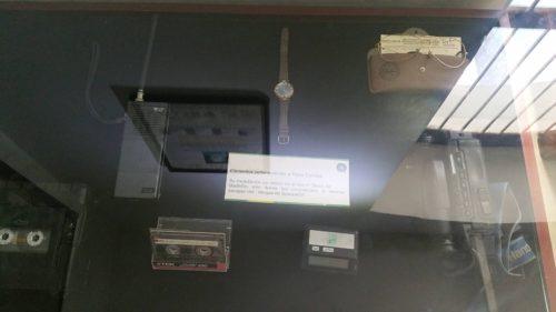 Objets exposés appartenant à Escobar dont une montre et une radio