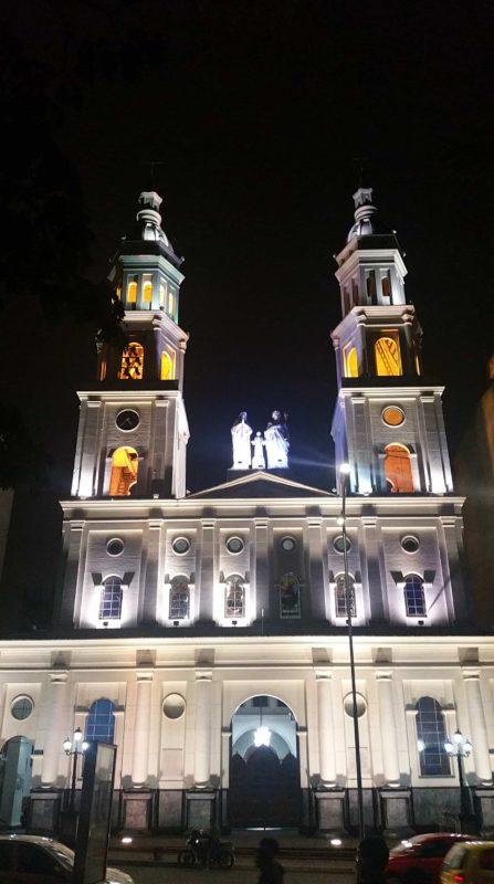 Église blanche de Bucaramanga de nuit