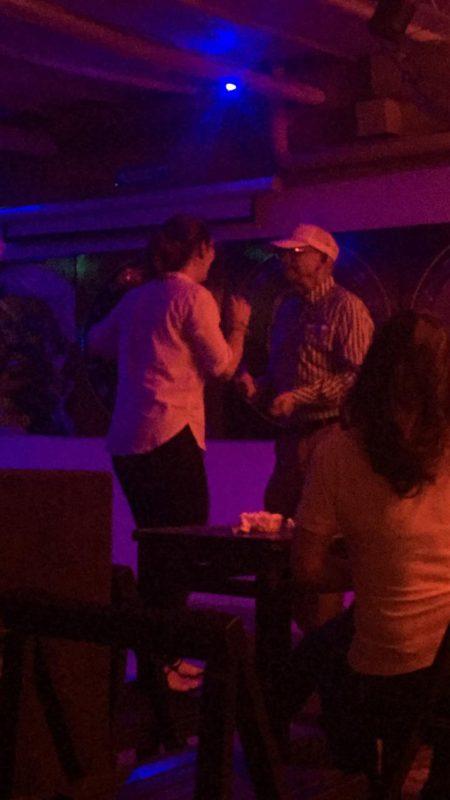 Dansant la salsa avec un papy