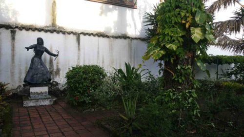 Statue d'une femme dans un jardin
