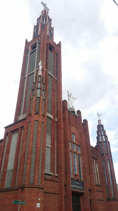 Eglise moderne en brique rouge