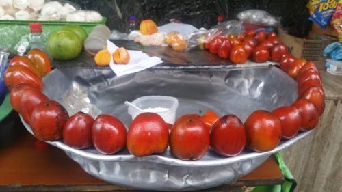 Fruits Chontaduro disposés autour d'un plat