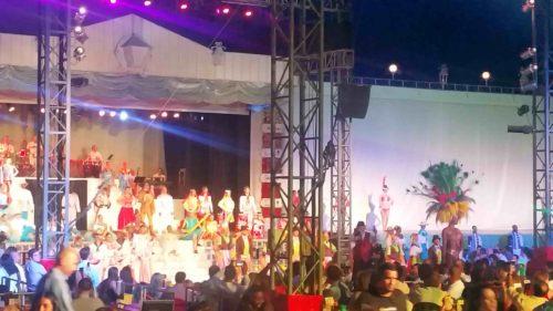 Spectacle avec danseurs en costume