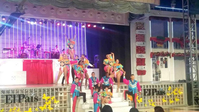 Danseurs de salsa sur une scène