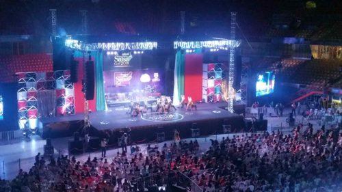 Scène et public avec danseurs de salsa