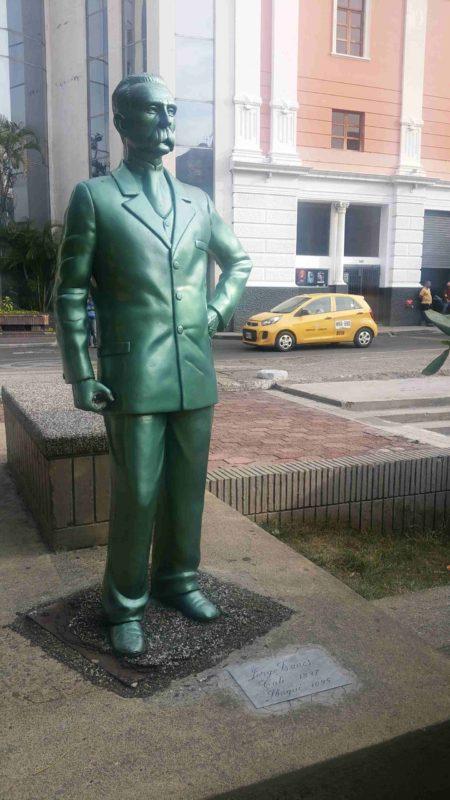Statue d'un homme en costume