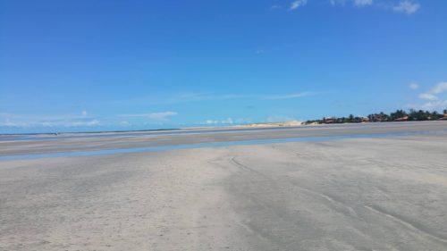 Longue étentude de sable blanc