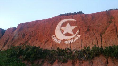 Symbole de Canoa Quebrada sur une falaise