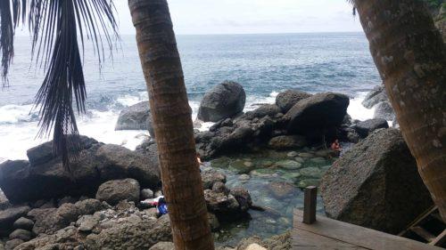 Piscine naturelle d'eau transparente au bord de le mer