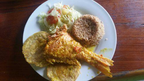 Plat fait de riz poisson et galettes de banane plantain