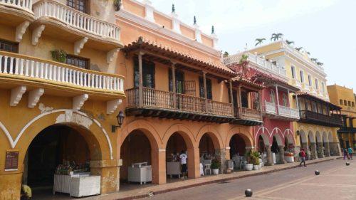Séries de bâtiments colorés à Carthagène