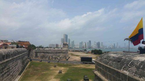 Remparts et au loin des bâtiments modernes de Boca Grande