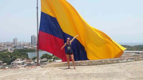 Devant un très grand drapeau de la Colombie