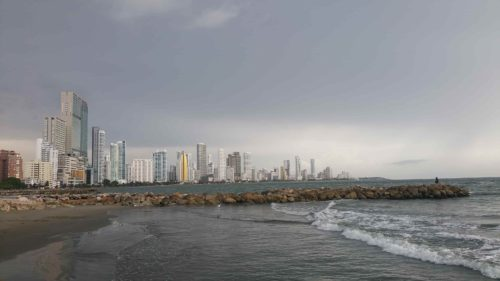 Plage et quartier moderne de Boca Grande au loin avec des immeubles
