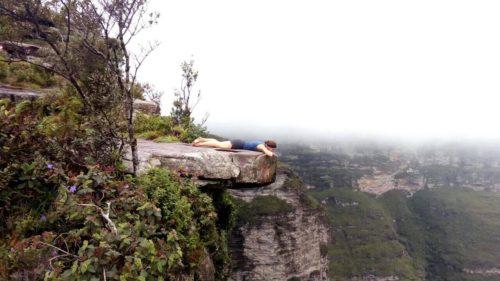 Allongée sur une pierre plate au dessus du vide