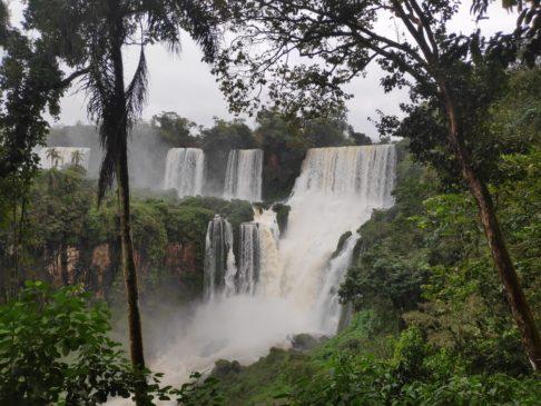 Cascade du circuito inferior des chutes d'iguazu argentines en Amérique du sud