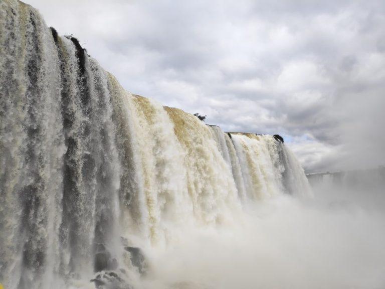 Salto floriano dans le parc des chutes d'iguaçu