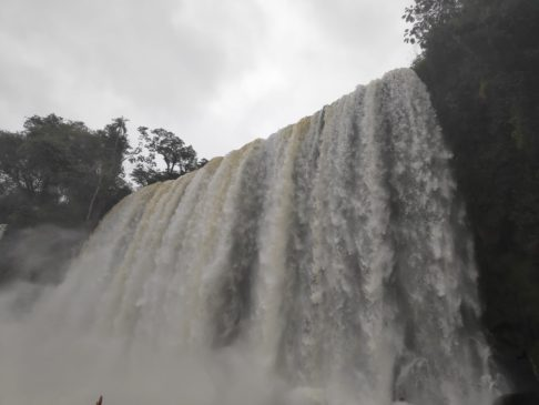 Cascade Circuito inferior des chutes d'iguazu argentines en Amérique du sud