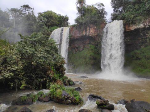 Circuito inferior des chutes d'iguazu argentines en Amérique du sud